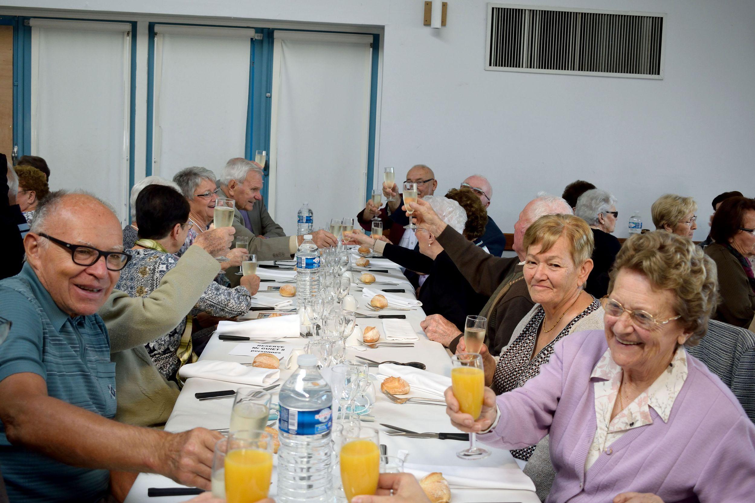 http://www.thouare.fr/wp-content/uploads/2016/10/Diaporama11_Repas_seniors.jpg